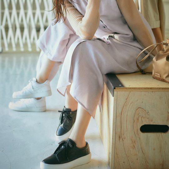 夏の黒スニーカーはワンピと合わせればオシャレに見える♡