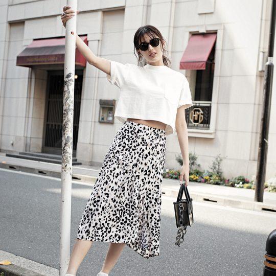 真夏日でも涼しい! 白黒Tシャツ×ロングスカートで楽チンおしゃれ