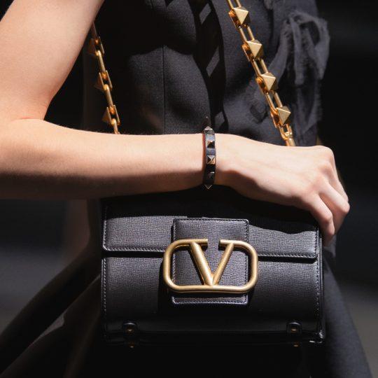【ヴァレンティノ ガラヴァーニ】エッジィなスタッズがたまらない♡ 着こなしに映える新作バッグ。